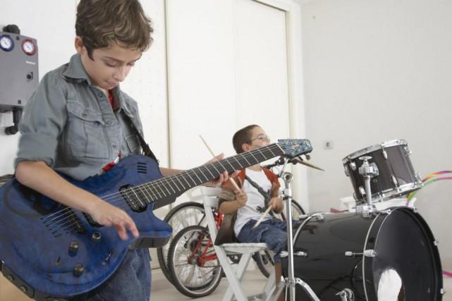 Des jeunes qui jouent de la musique dans... (Photo Thinkstock)