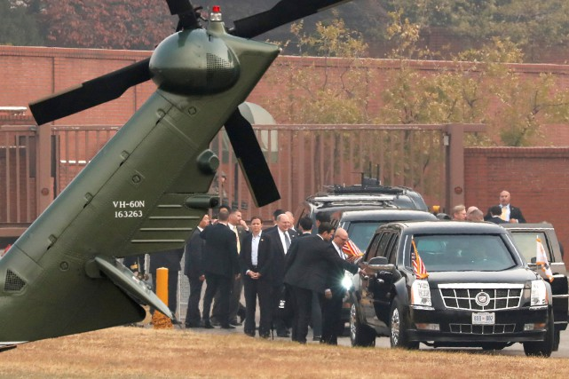 Donald Trump aux abords de la DMZ, dans... (Photo Jonathan Ernst, REUTERS)