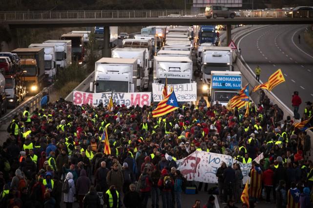 Des groupes de manifestants portant des banderoles indépendantistes... (AP)