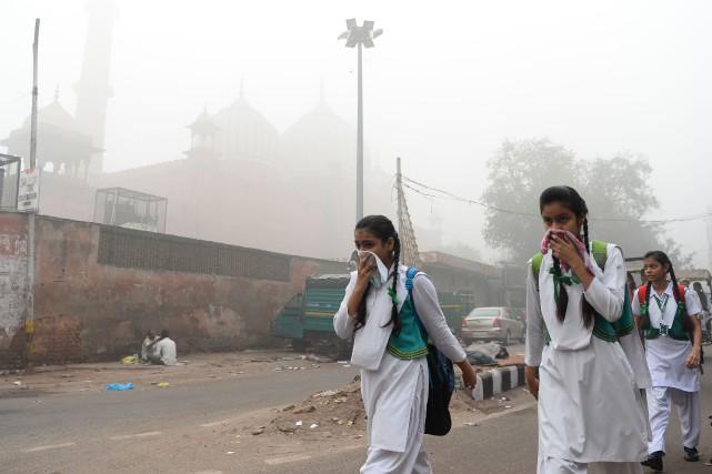Face à l'urgence, les autorités locales ont décrété... (Photo SAJJAD HUSSAIN, Agence France-Presse)