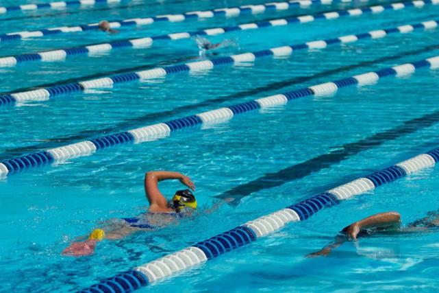À Montréal, les nageurs peuvent compter sur 75piscines... (PHOTO HUGO-SÉBASTIEN AUBERT, ARCHIVES LA PRESSE)
