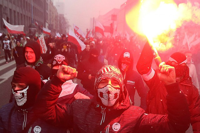 La manifestation du 11novembre attire des dizaines de... (PHOTO CZAREK SOKOLOWSKI, ARCHIVES ASSOCIATED PRESS)