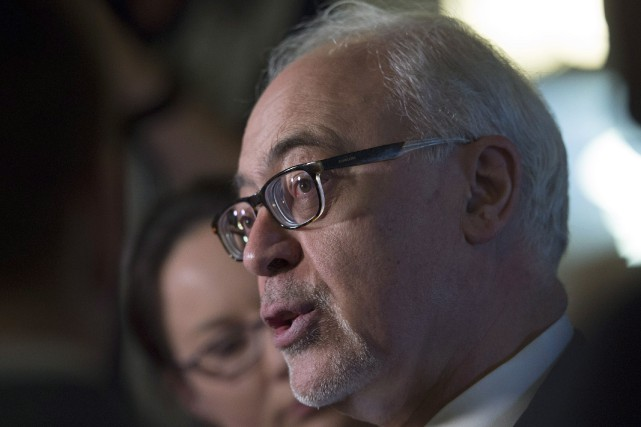 Le ministre des Finances, Carlos Leitao confirme son intention d'imposer... (photo Jacques Boissinot, archives La Presse canadienne)