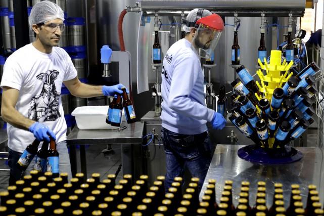 Des travailleurs à la brasserie Colonel Beer Brewery... (Photo AFP)