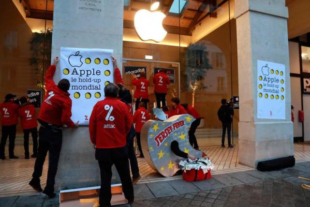 Des militants de l'organisation altermondialiste ATTAC ont manifesté... (PHOTO JACQUES DEMARTHON, agence france-presse)