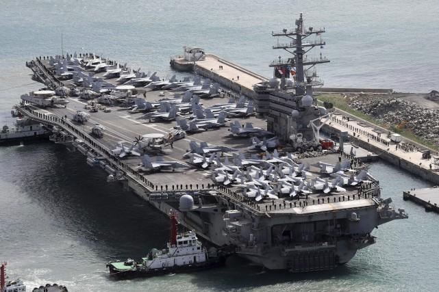 En plus des trois porte-avions, les manoeuvres militaires... (AP)