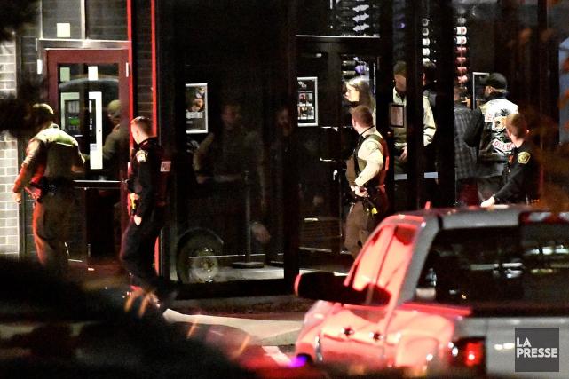 Après21h vendredi, plusieurs policiers de la Sûreté du... (PHOTO BERNARD BRAULT, LA PRESSE)