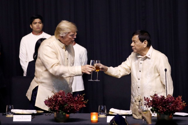 Donald Trump et Rodrigo Duterte... (Photo Jonathan Ernst, REUTERS)