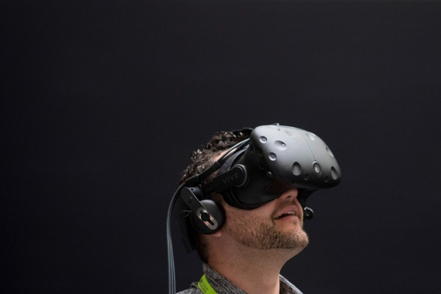 Un casque de réalité virtuelle.... (Photo Saul Loeb, archives Agence France-Presse)