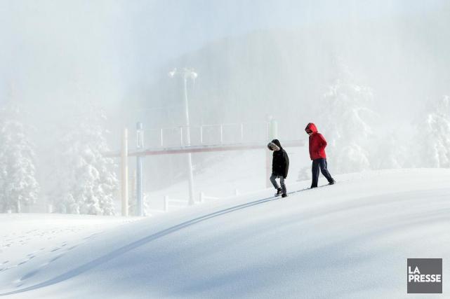 Deux garçons ont marché dans la neige fraîchement... (PHOTO ROBERT SKINNER, LA PRESSE)