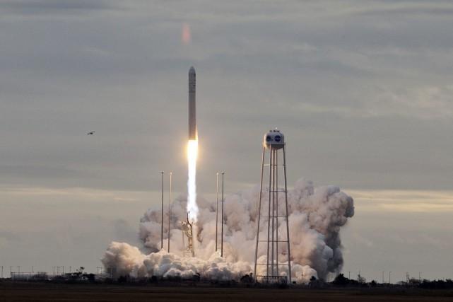 La fusée Antares à deux étages a décollé... (Photo Steve Helber, Associated Press)