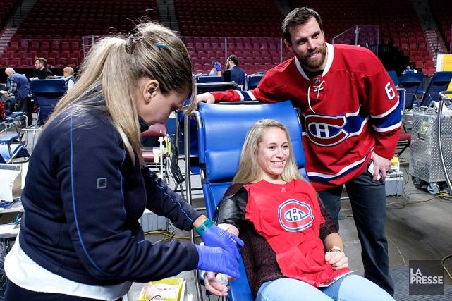 Shea Weber pose avec une donneuse lors de... (PHOTO BERNARD BRAULT, ARCHIVES LA PRESSE)
