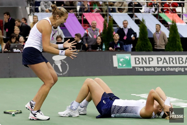 CoCo Vandeweghe (au sol) et Shelby Rogers ont... (PHOTO SERGEI GRITS, ASSOCIATED PRESS)