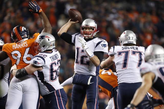 Tom Brady (12)a lancé trois passes de touché... (Photo Jack Dempsey, AP)
