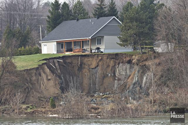 Une maison menace de s'effondrer après un glissement... (Photo Patrick Sanfaçon, La Presse)