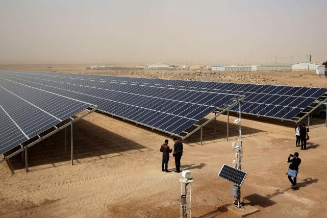 Le projet compte 40 000 panneaux solaires d'une... (Photo KHALIL MAZRAAWI, AFP)