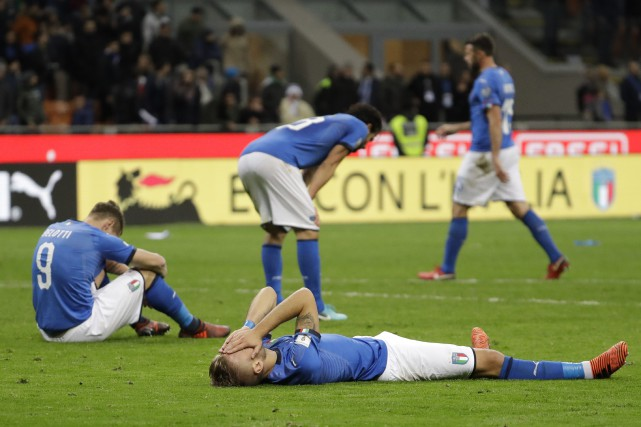 Les joueurs italiens après le match.... (Photo Luca Bruno, Associated Press)