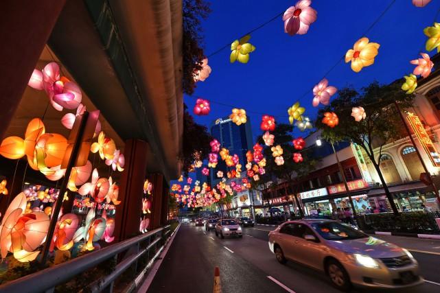 Les rues de Singapour sont achalandées, mais il... (photo AFP)