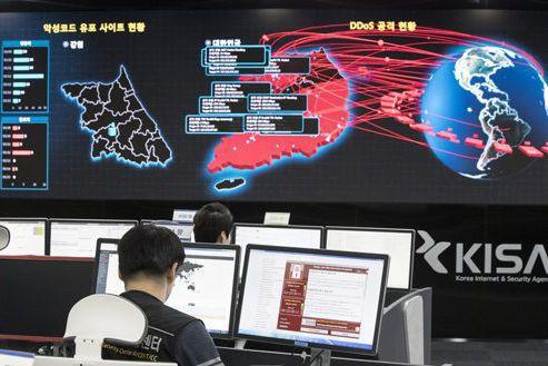 Des employés du gouvernement sud-coréen surveillent l'activité virale... (Photo Yun Dong-jin, archives Yonhap/AP)