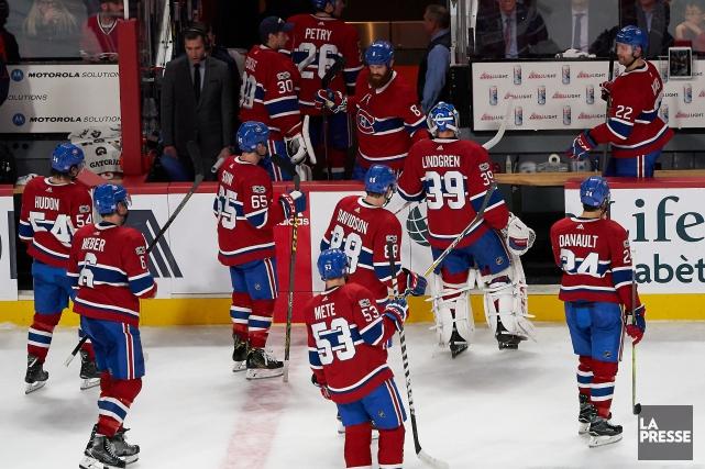Les joueurs du Canadien quittent la patinoire après... (PHOTO ANDRÉ PICHETTE, LA PRESSE)