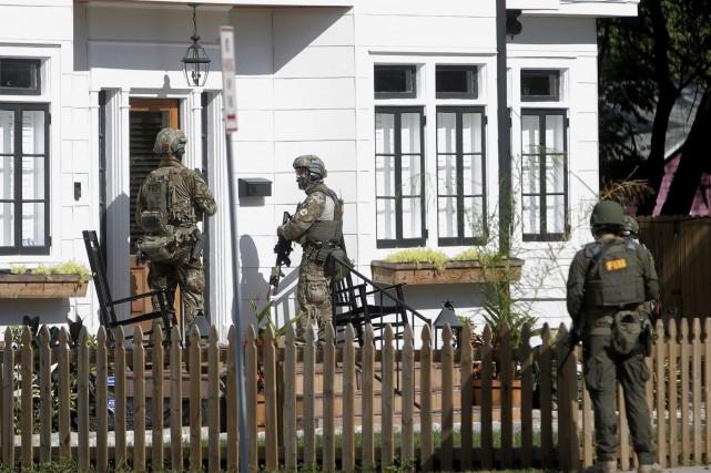 Au cours des dernières heures, des policiers municipaux... (AP)