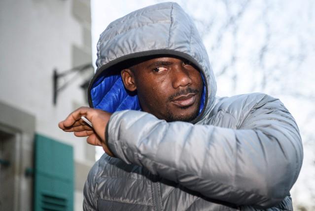 Le sprinteur jamaïcain Nesta Carters'est caché le visage... (Photo Fabrice Coffrini, AFP)