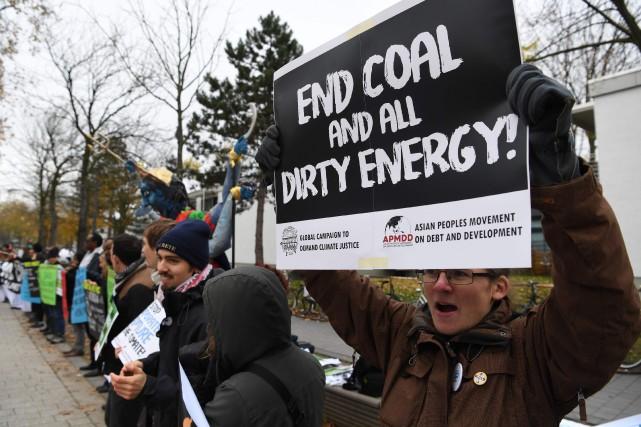 Des environnementalistes manifestent contre l'énergie fossile mercredi à... (PHOTO AFP)