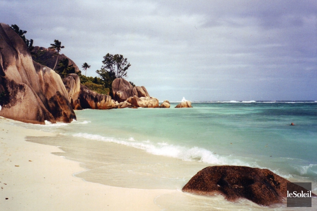 Une plage de l'archipel des Seychelles... (Photo Anne-Marie Parent, archives Le Soleil)