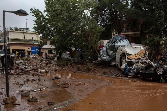 Dévalant des pentes proches, après des pluies violentes... (PHOTO Angelos Tzortzinis, AFP)