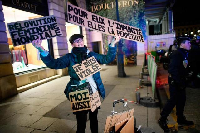 Des manifestants se sont réunis mardi soir devant... (PhotoLionel BONAVENTURE, Agence France-Presse)