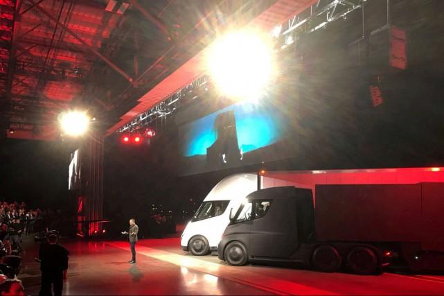 tesla d voile son camion remorque et son roadster 2 1000 km d 39 autonomie tesla. Black Bedroom Furniture Sets. Home Design Ideas
