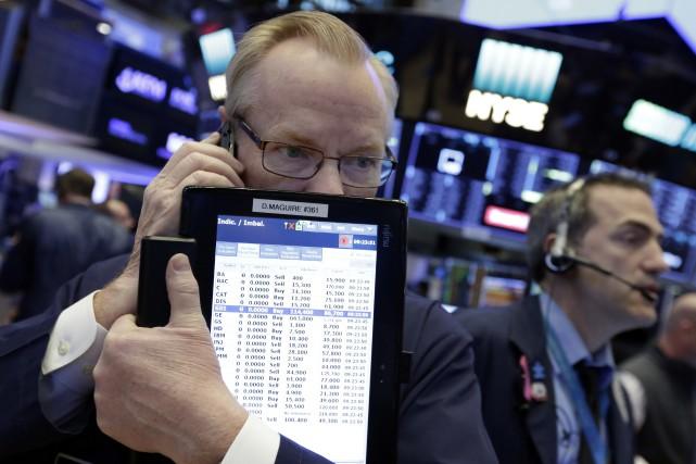 Vers midi, l'indice vedette Dow Jones Industrial Average... (Photo Richard Drew, Associated Press)
