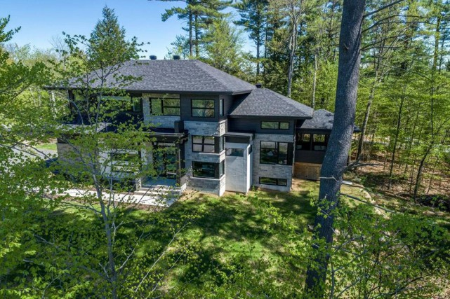 La maison est située sur un terrain boisé,... (Photo fournie par Centris)