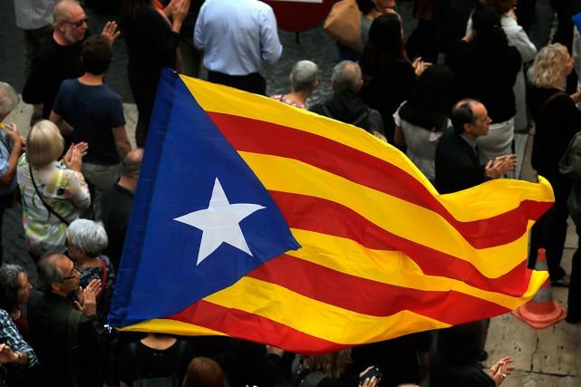 Un drapeau catalan est agité lors d'un rassemblement... (PHOTO MANU FERNANDEZ, ARCHIVES ASSOCIATED PRESS)