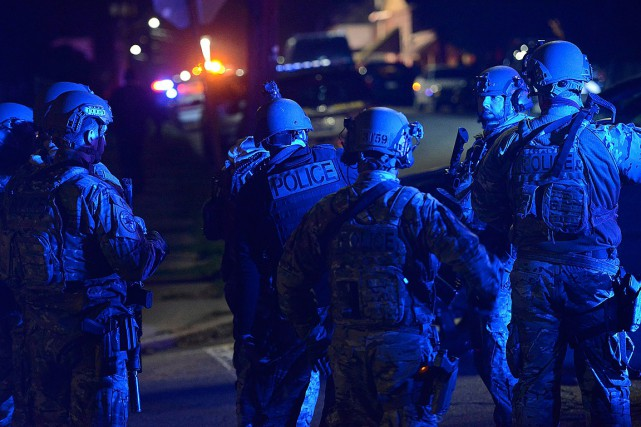 Des membres du SWAT se préparent pour les... (PHOTO REBECCA DROKE, AP/PITTSBURGH POST-GAZETTE)