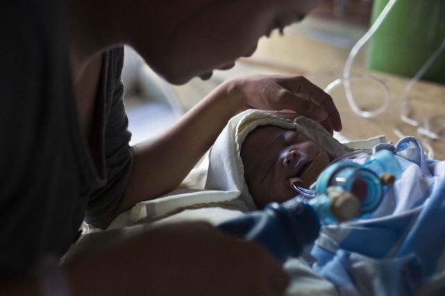 Plusieurs patients arrivent en même temps dans une... (Photo David Guttenfelder, AP)