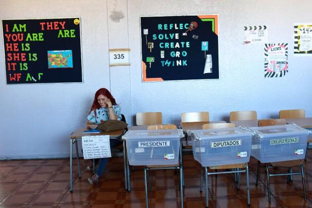 Une femme attend les électeurs dans un bureau... (PHOTO PABLO SANHUEZA, REUTERS)