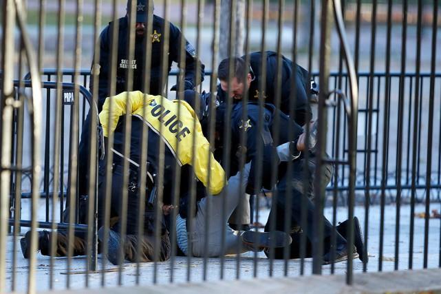 Selon les autorités, l'individu a essayé de sauter... (PHOTO ALEX BRANDON, ASSOCIATED PRESS)