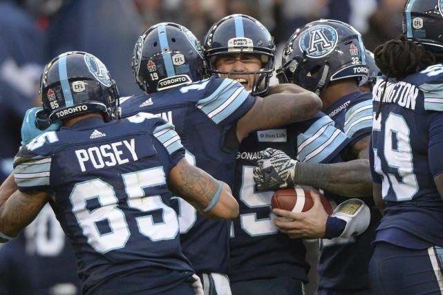 Ricky Ray félicité par ses partenaires.... (Photo La Presse canadienne)