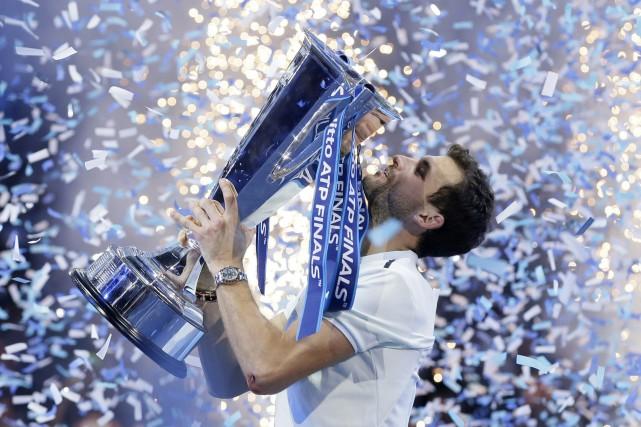 Grigor Dimitrovsoulève son trophée, dimanche à Londres.... (PHOTO AP)