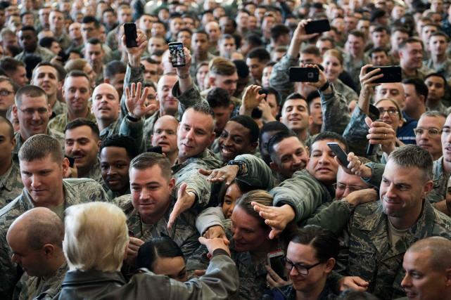 Des soldats américains accueillent Donald Trump sur une... (PHOTO AFP)