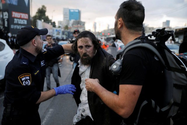 Les confrontations entre ultra-orthodoxes et policiers font suite... (Photo Amir Cohen, REUTERS)