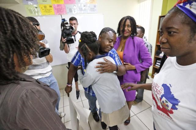 Des militants et des membres républicains et démocrates... (PHOTO AP)