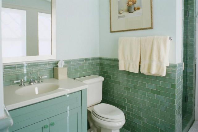 Rénover une vieille salle de bains rime souvent... (Photo Thinkstock)