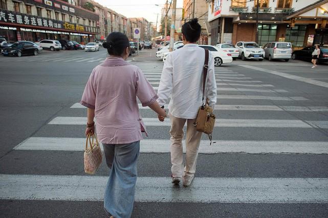 Ces deux Chinoises en couple,Xiaojing et Xiaoxiong, ont... (NICOLAS ASFOURI, AFP)