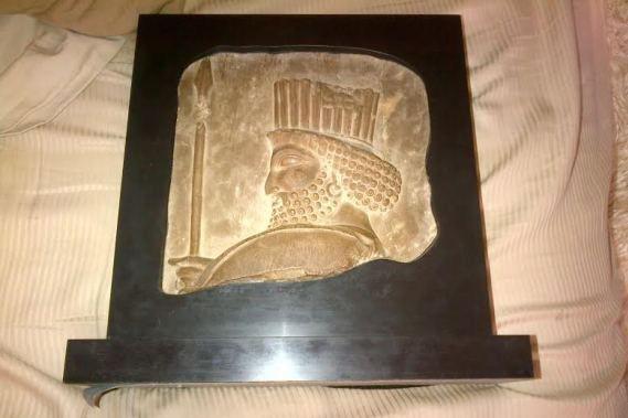 Bas-relief en calcaire façonné il y a 2500... (Photo déposée à la Cour)
