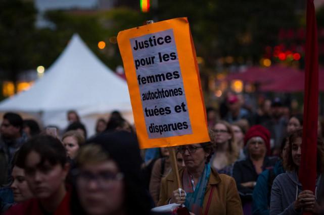 Une femme brandit une pancarte à l'occasion de... (Photo Olivier Jean, Archives La Presse)