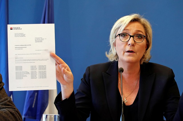 Marine Le Pen montre une lettre de la... (REUTERS)