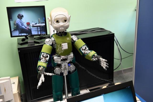 Du haut de son 1,02 mètre, le robot... (PHOTO Jean-Pierre CLATOT, AFP)