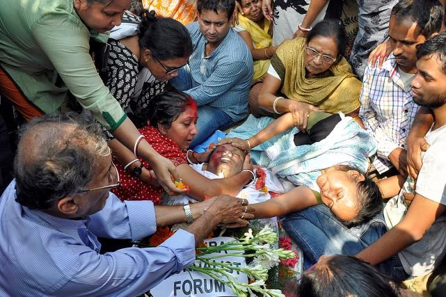 Des proches de Sudip Dutta Bhaumik, dont son... (Jayanta Dey, REUTERS)